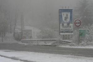 Първият сняг предизвика завиден хаос – хиляди останаха без ток, преливат язовири, пътища са затворени
