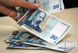 През 2016 г. минималната заплата става 420, през 2017 година- 460 лева